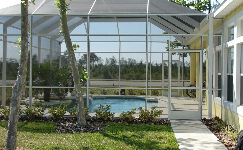 Dlaczego warto zainwestować w zadaszenie basenu?