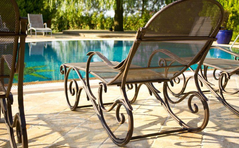 Jak dobrze zaprojektować ogród z basenem?
